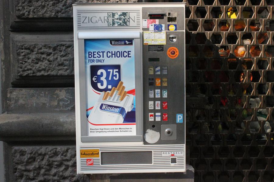 На улицах Вены можно часто встретить автоматы по продаже сигарет. Сегодня в европейских странах это уже очень редкое зрелище. Кроме Вены я такое еще видел в немецких городах. Фото: Flickr, Hazboy
